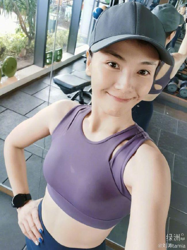 蜂腰翘臀她都有!43岁的刘涛到底怎么保持身材?