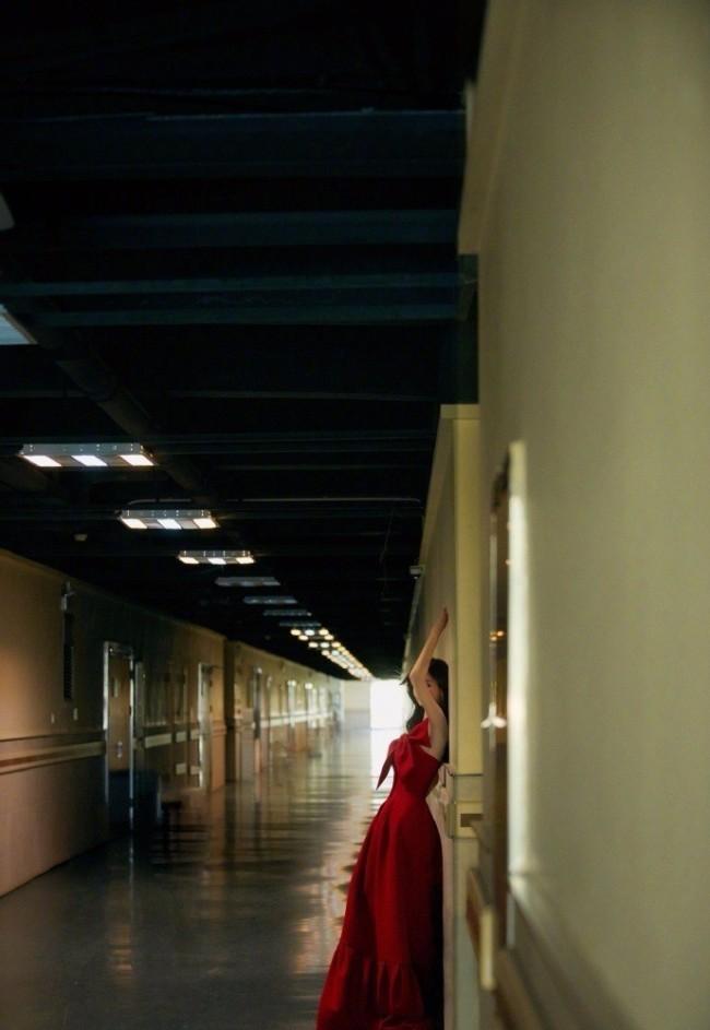 沈梦辰楼道港风大片氛围感十足 红裙梦回90年代
