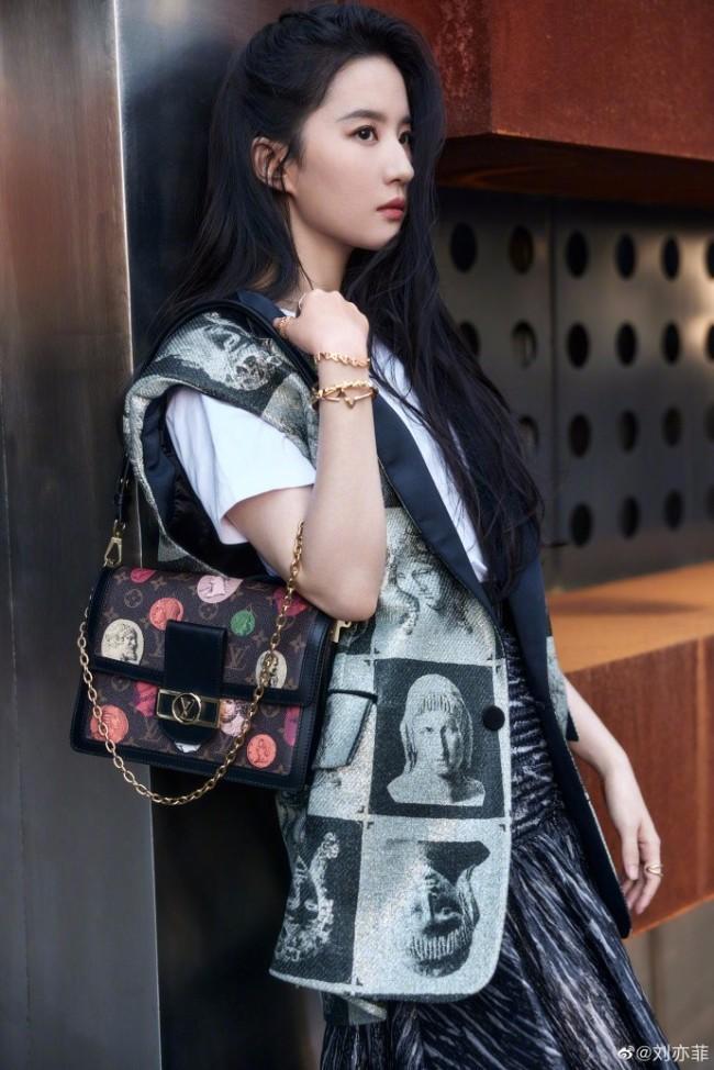 刘亦菲晒美照 长发披肩又美又酷