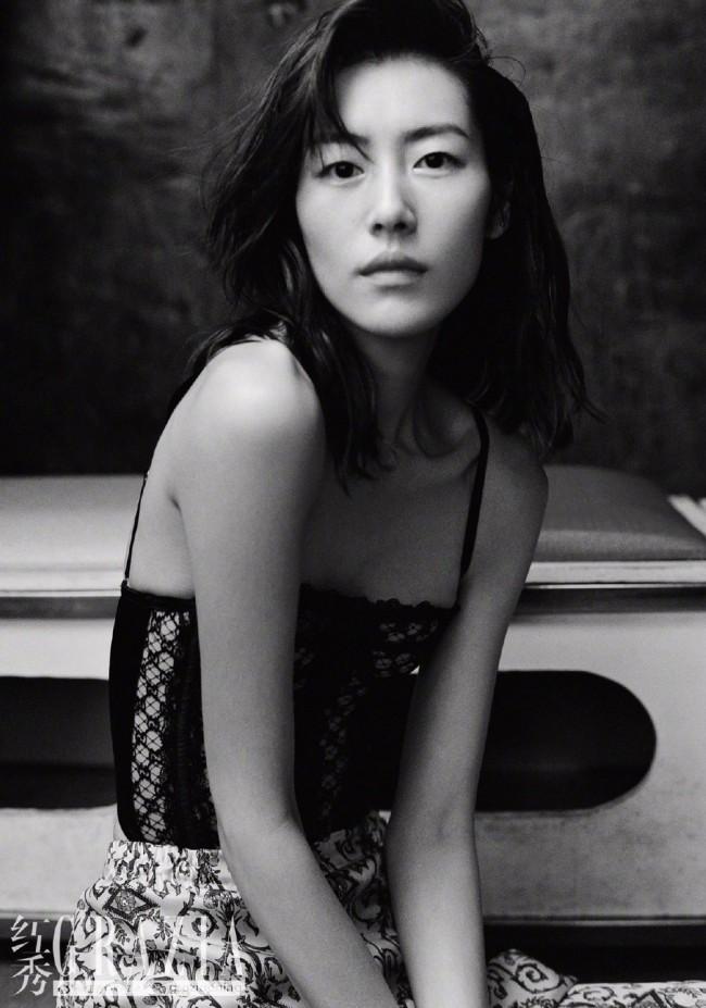 刘雯新大片释出 穿蕾丝吊带衣优雅性感
