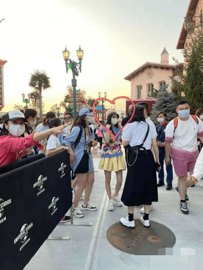 网友环球影城偶遇佟丽娅 合影时要求路人用原相机
