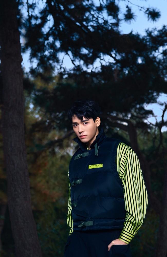 龚俊秋冬潮流写真 黑色马甲亮黄衬衣酷盖一枚