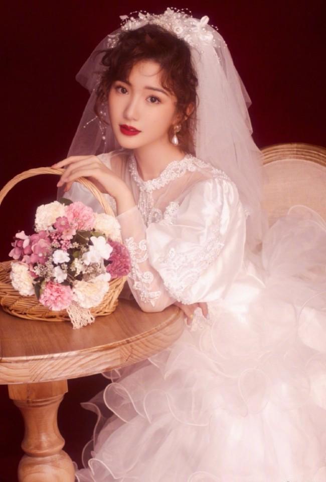 毛晓彤复古婚纱照美艳动人 两套造型各有风韵