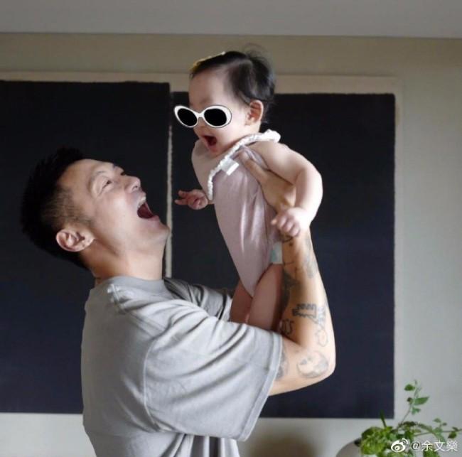 余文乐晒与女儿合照 玩亲亲抱抱举高高