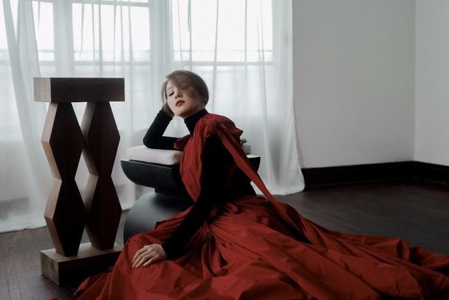 刘诗诗暖秋大片显优雅气质 正红色礼服高级感满满