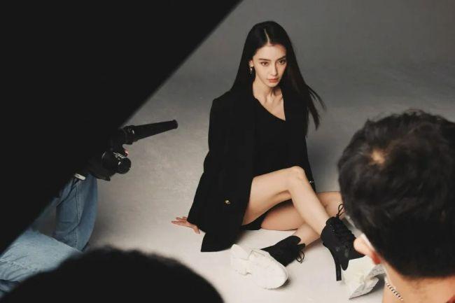"""32岁""""辣妈""""杨颖拍花絮美图大秀纤细美腿"""
