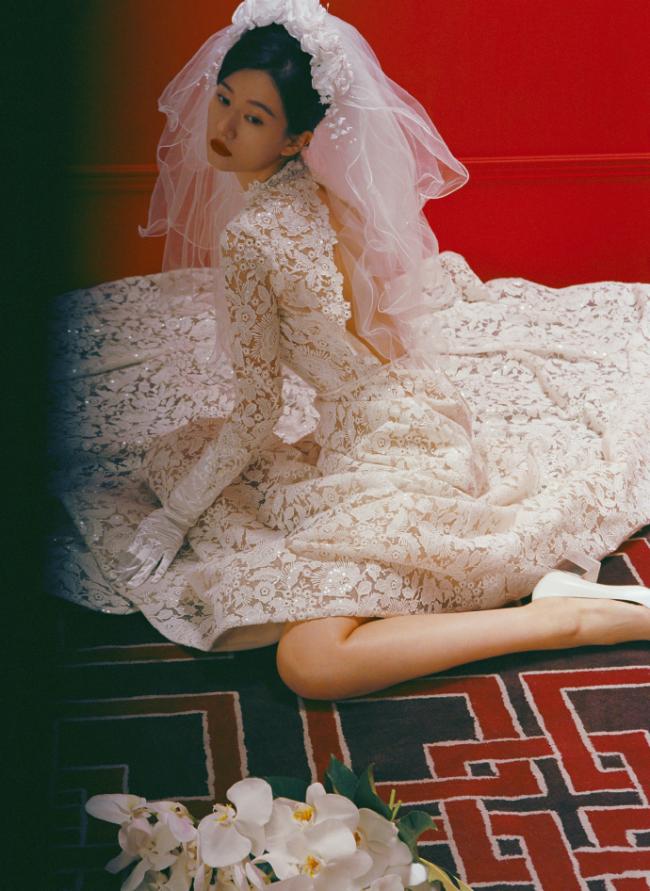乔欣复古摩登造型百变 婚纱优雅裹身裙性感撩人