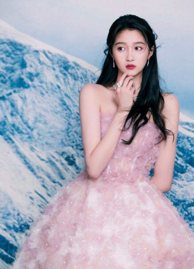 关晓彤穿粉色抹胸花朵裙 气质优雅迷人