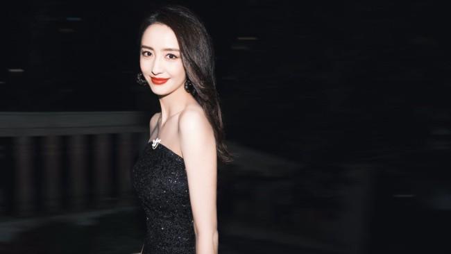 佟丽娅穿抹胸礼服秀锁骨 长卷发妩媚披肩