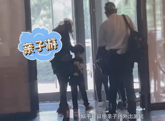 黄晓明一家三口同框出游,爸爸抱着小海绵入住酒店,baby紧随其后