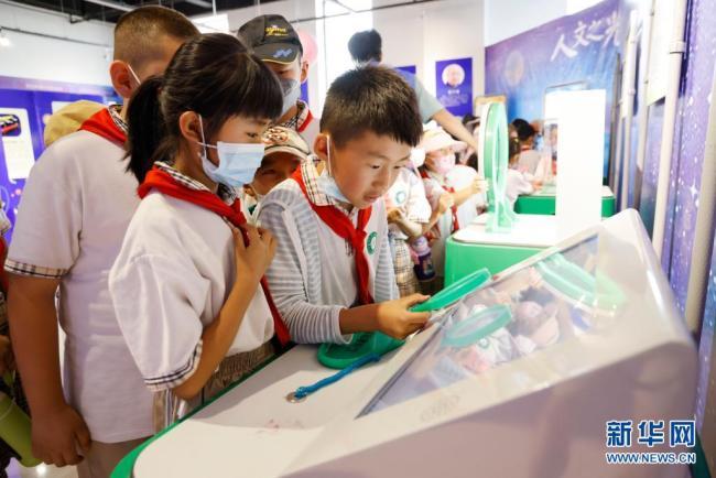 """中国宁夏""""流动科技馆""""举行巡展活动 让市民零距离感受科技趣味"""
