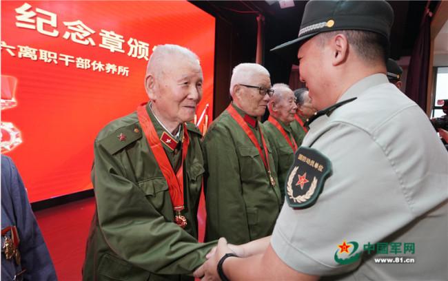 """江苏省军区启动""""光荣在党50年""""纪念章颁发工作"""