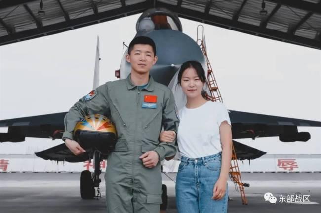 """解放军最年轻""""金头盔""""飞行员亮相,2018年驾驶歼-16首战一举夺魁"""
