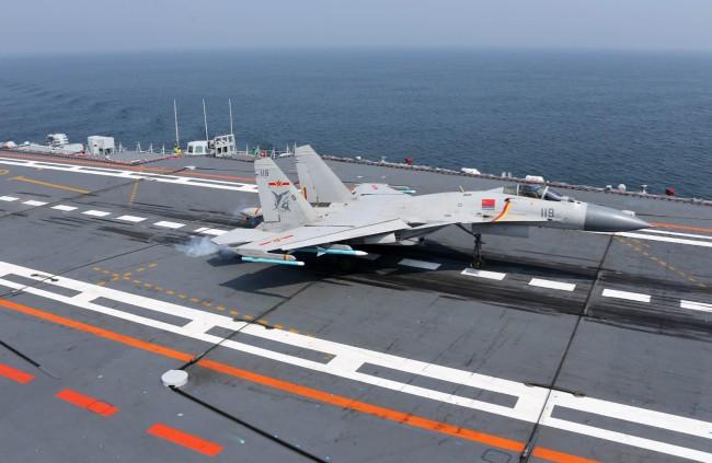 图为我军歼-15舰载战斗机完成着舰瞬间