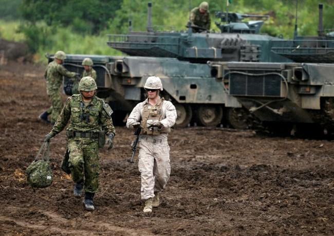 图为:日本陆上自卫队与美国海军陆战队一同军演