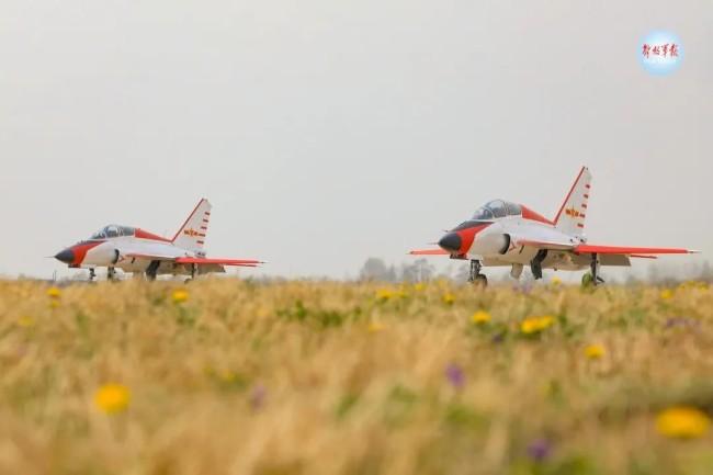 高清大图!直击飞行员开展高难度课目飞行训练
