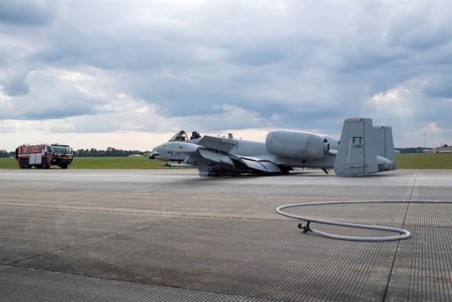 A-10攻击机依靠机腹与地面摩擦的方式迫降