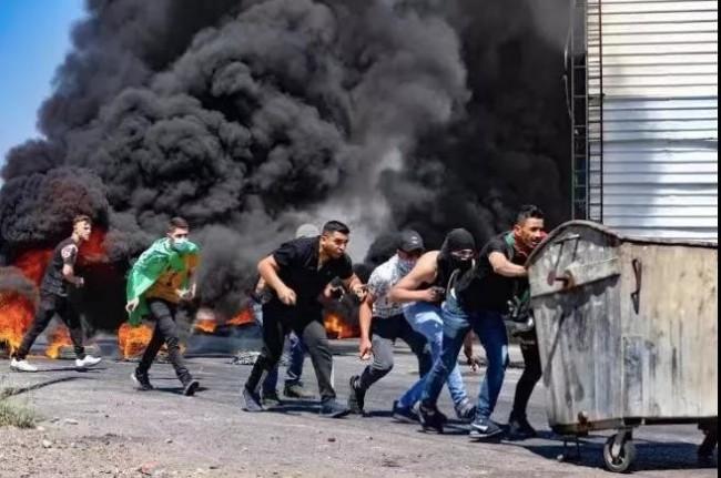 以军空袭加沙 巴勒斯坦派别发射约2千枚火箭弹回击