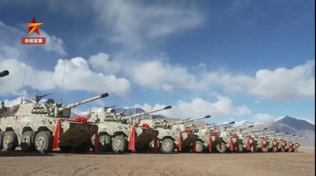 新疆军区列装新型装甲突击车 美女炮长佩枪抢眼