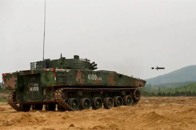 东部战区04A步战车炮射导弹实射画面曝光