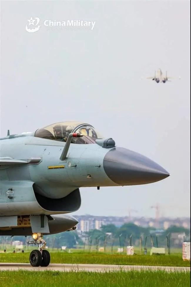 歼-10C同时携PL-10、PL-12、PL-15导弹亮相