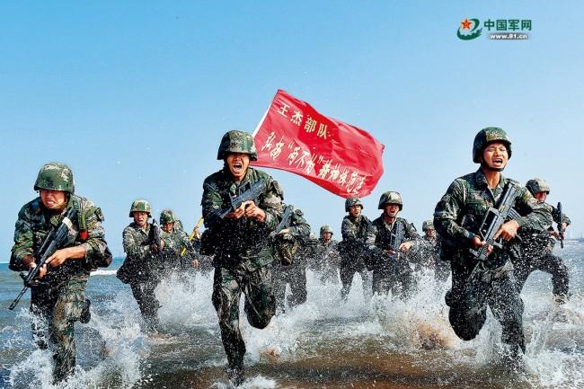 """陆军某部王杰生前所在连官兵传承""""两不怕""""精神,在海训场刻苦锤炼打赢本领。赖桥泉摄"""