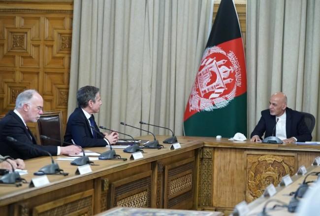 4月15日, 阿富汗总统加尼(右)在喀布尔总统府会见到访的美国国务卿布林肯(左二)。新华社发(阿富汗总统府供图)