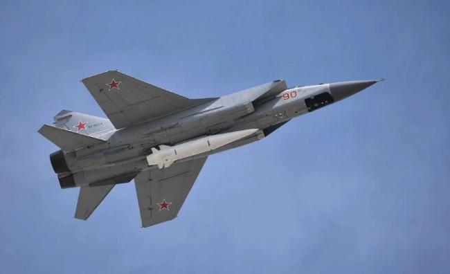 """携带""""匕首""""高超声速导弹的米格-31K截击机。"""