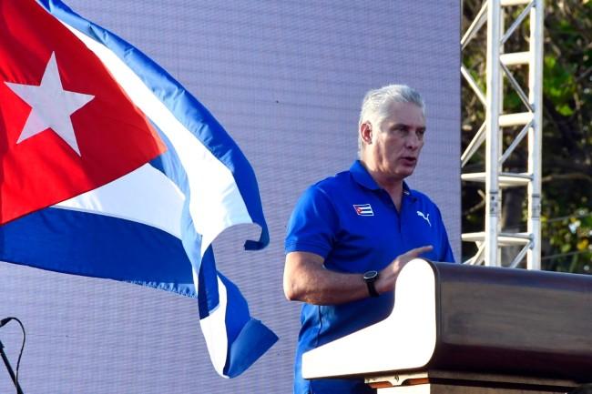 古巴大规模集会现场:90岁卡斯特罗举国旗上街