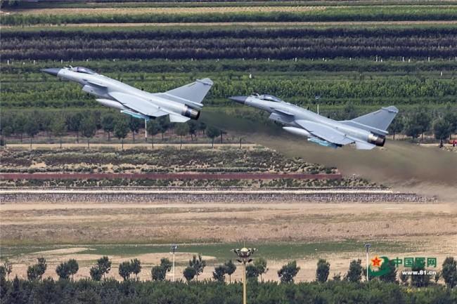 震撼!歼-16、歼-10C编队超低空飞过城市上空