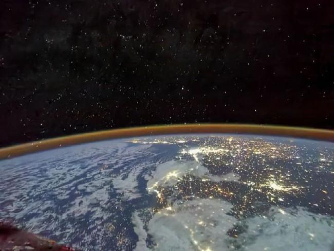航天员汤洪波 摄    2021年7月30日,航天员汤洪波拍摄到了北非大陆上万家灯火的盛景,宇宙中的繁星与地球上的灯光交相辉映,共同演奏出了一首和谐的生活乐章。