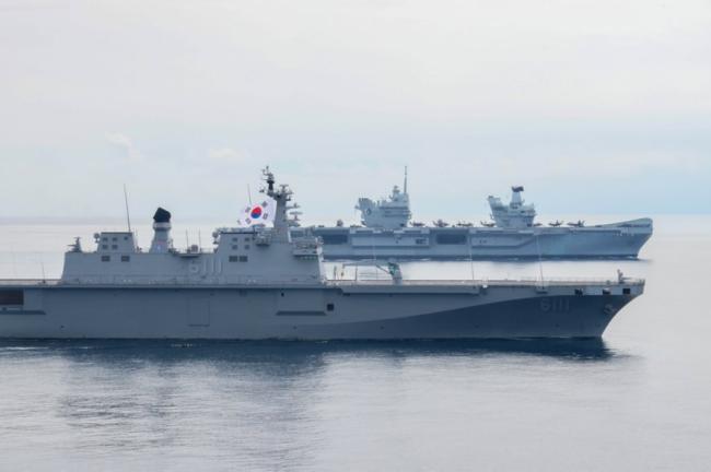"""韩国""""独岛""""号两栖攻击舰与英国航母编队航行"""