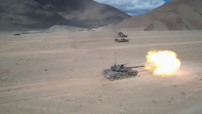 """印軍在所謂""""拉達克地區""""演習 動用直升機和坦克"""