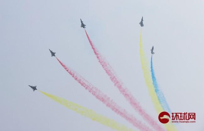 空军八一飞行表演队国庆节拉彩烟为祖国庆生