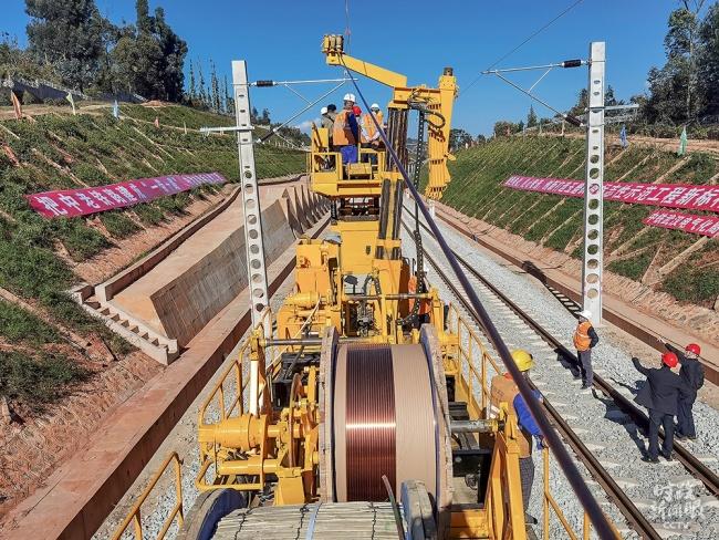 """△中国老挝铁路是""""一带一路""""倡议提出后,首条全线采用中国技术标准的电气化国际铁路,近日两国开始架设电气化接触网导线。"""