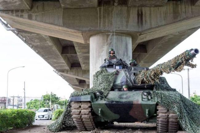 """""""汉光-34号""""演习中,台军6军团""""勇虎""""式坦克在天桥下隐蔽 图源:台媒"""