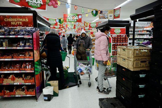 变异新冠病毒传染性增加40%-70% 英国民众排队进超市囤货