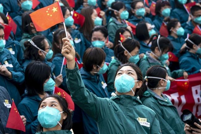 4月15日,北京协和医院国家援鄂抗疫医疗队队员在撤离前集结。面对突如其来的疫情,4万多名来自全国各地的医务工作者集结湖北,与当地医务人员一道,展开了一场艰苦卓绝的湖北保卫战。新华社记者 熊琦 摄