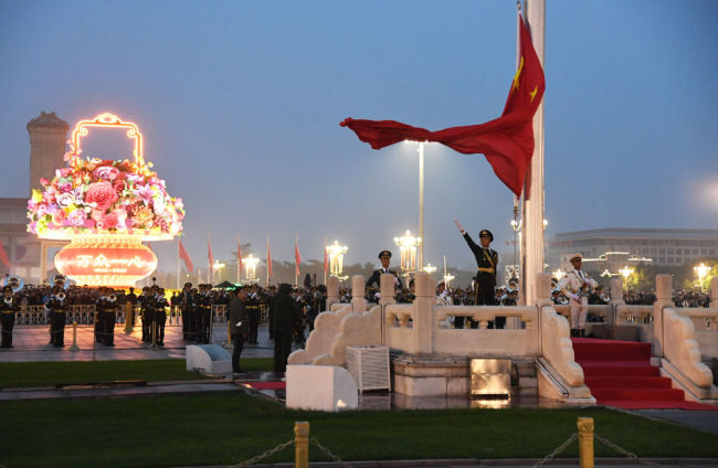 10月1日清晨,隆重的升国旗仪式在北京天安门广场举行,庆祝中华人民共和国成立71周年。新华社记者 任超 摄