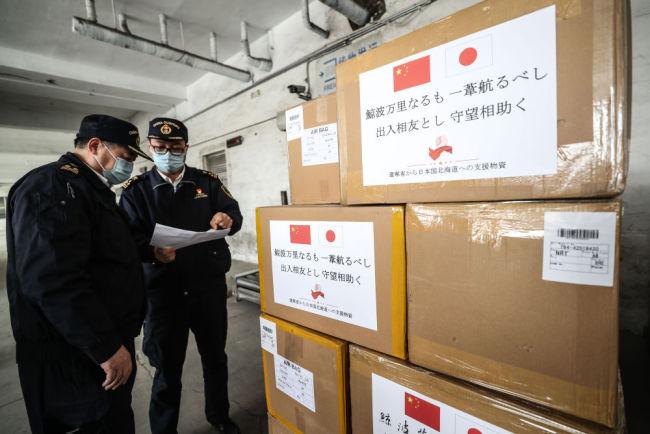 3月15日,沈阳海关工作人员检查捐赠给日本的防疫物资。当日,捐赠日本的防疫物资从沈阳发往日本,助力日本抗击疫情。新华社记者 潘昱龙 摄