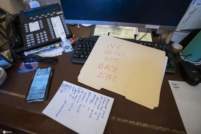 美示威者冲进佩洛西办公室,坐在佩洛西的椅子上摆拍