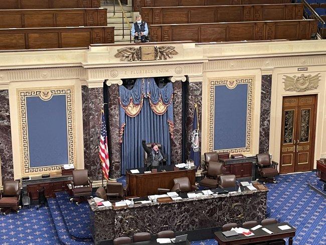 冲破警戒、国会暂停!华盛顿已开始宵禁