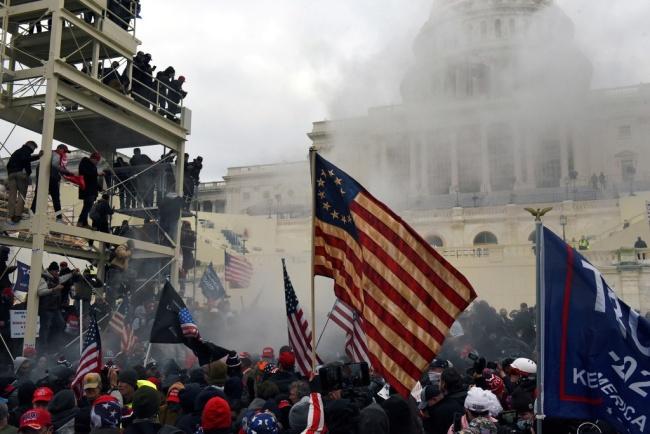 特朗普支持者攻入国会,图自澎湃影像