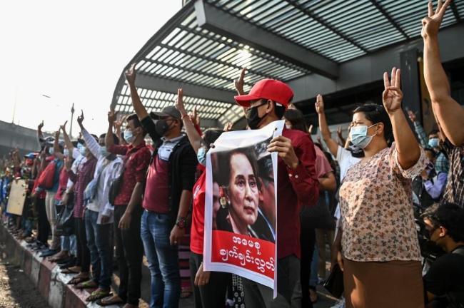 2月6日,大量民众走上缅甸仰光街头,抗议军方扣留昂山素季