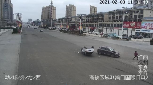 抚州:两小车马路中央相撞 路过市民拔腿就跑逃过一劫