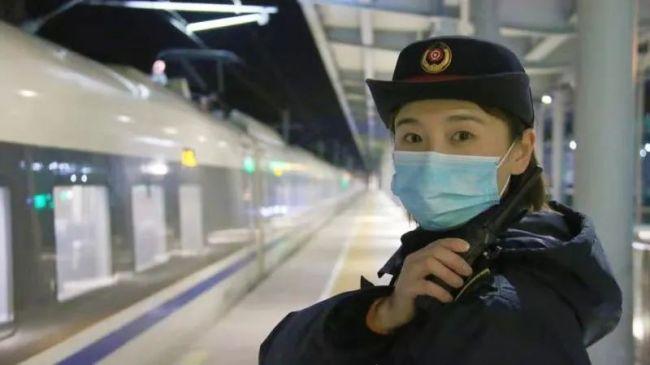 女客运员的一个举动被监控拍下!网友:美哭了