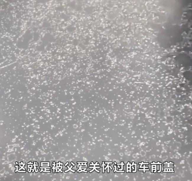 父爱如山!老父亲用钢丝球帮儿子洗车,儿子的反应获赞!