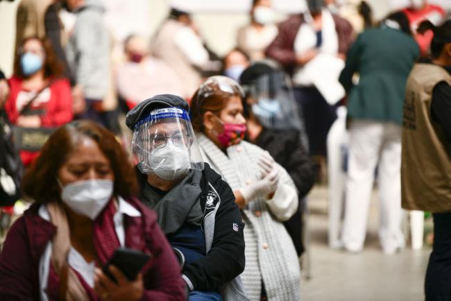 全球连线 | 中国疫苗运抵墨西哥后,74岁老人第一个接种