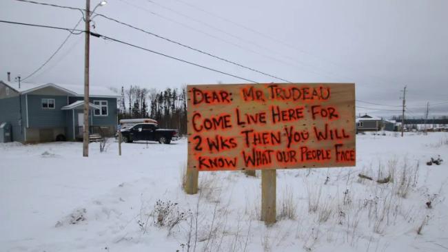 """△第一民族保留区树立的牌子,上面的文字是""""亲爱的特鲁多先生,来这里生活两个星期,你才能知道我们面临什么问题"""""""