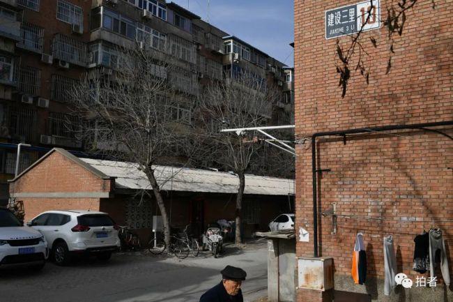 """""""二七健身俱乐部""""就藏在二七厂两栋居民楼之间的自行车棚里。"""